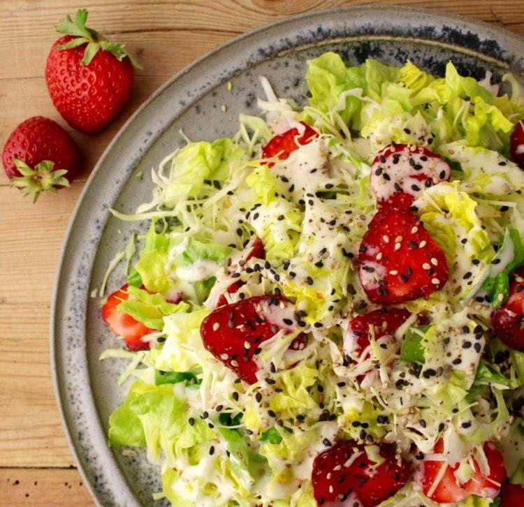 Spidskålsalat med jordbær og mormordressing med hyldeblomstsirup - Mad med glød