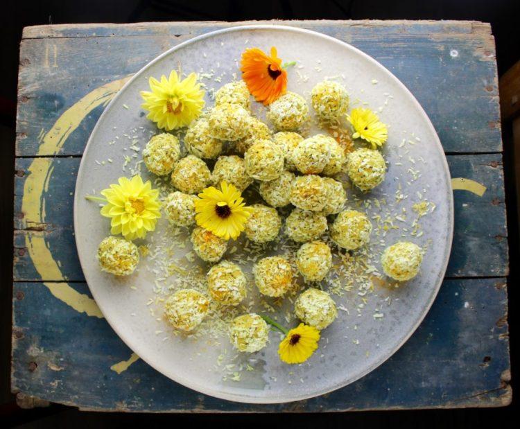 Kokos konfektkugler med citron, cashew, chia og gurkemeje - Vegansk opskrift - Mad med glød