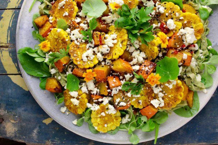 Efterårssalat med stegte majs og bagte hokkaidotern - Vegansk opskrift - Mad med glød