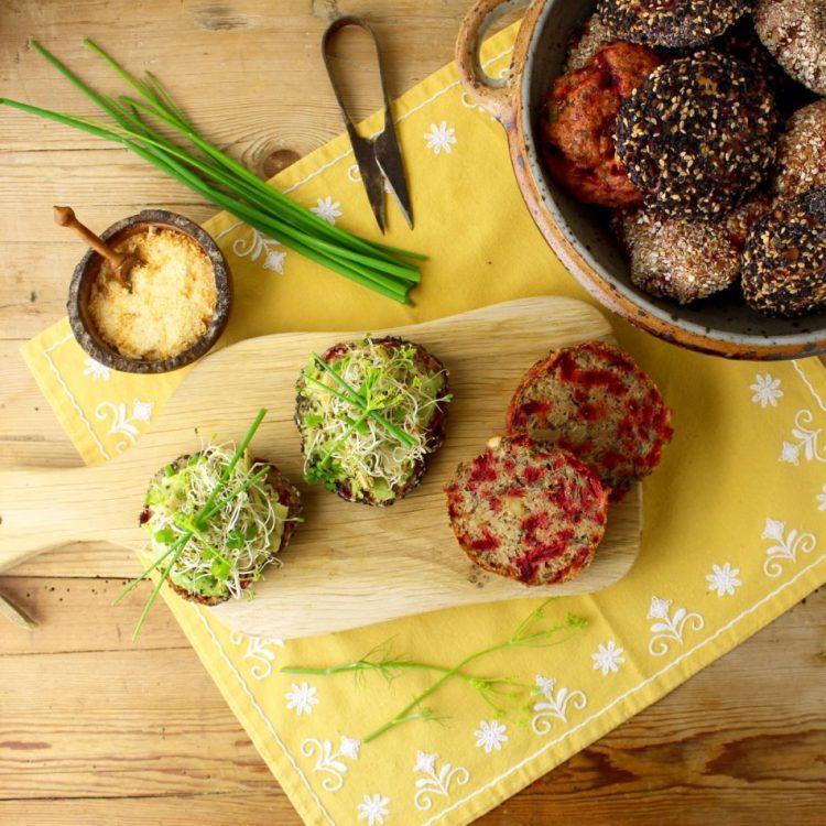 Glutenfrie boller med rødbede, spinat og cashewnødder - Mad med glød