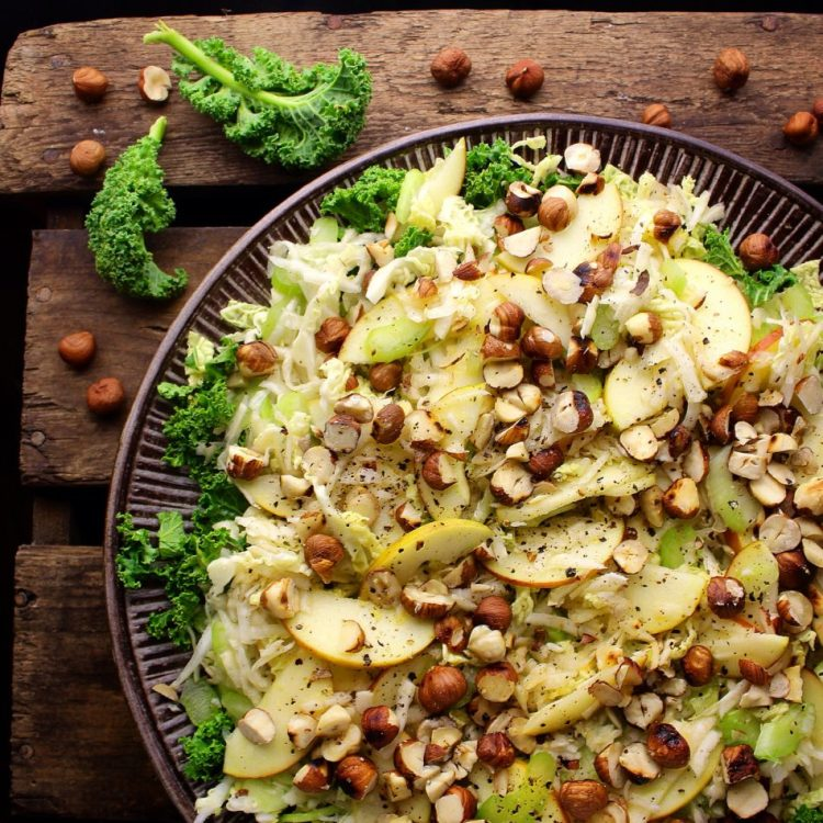 Sprød og frisk sellerisalat med æble, savoykål, grønkål og ristede hasselnødder - Vegansk opskrift - Mad med glød