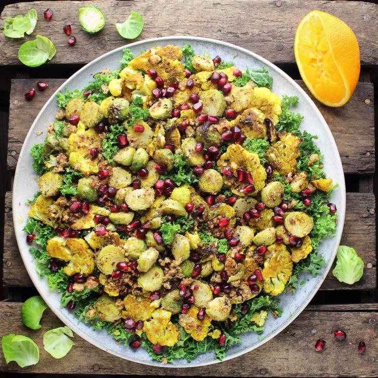 Kålsalat med bagte blomkål, rosenkål, grønkål, kanel og hasselnødder - Vegansk opskrift - Mad med glød