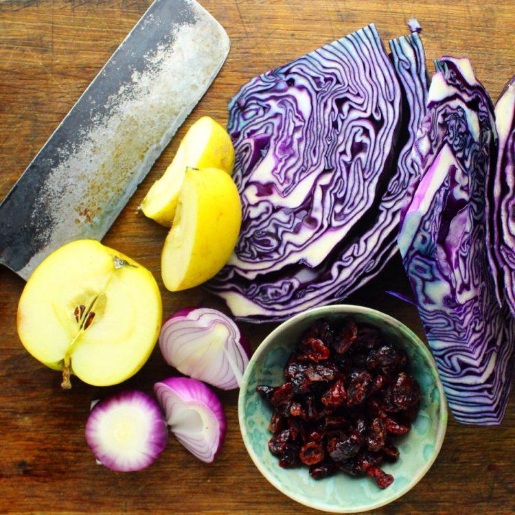 Rødkålskraut med æble, rødløg og tranebær - Mad med glød