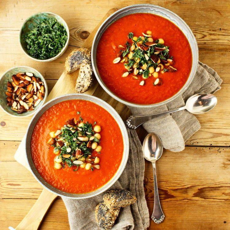 Tomatsuppe med rød peber, røget paprika og fennikel - Vegansk opskrift - Mad med glød