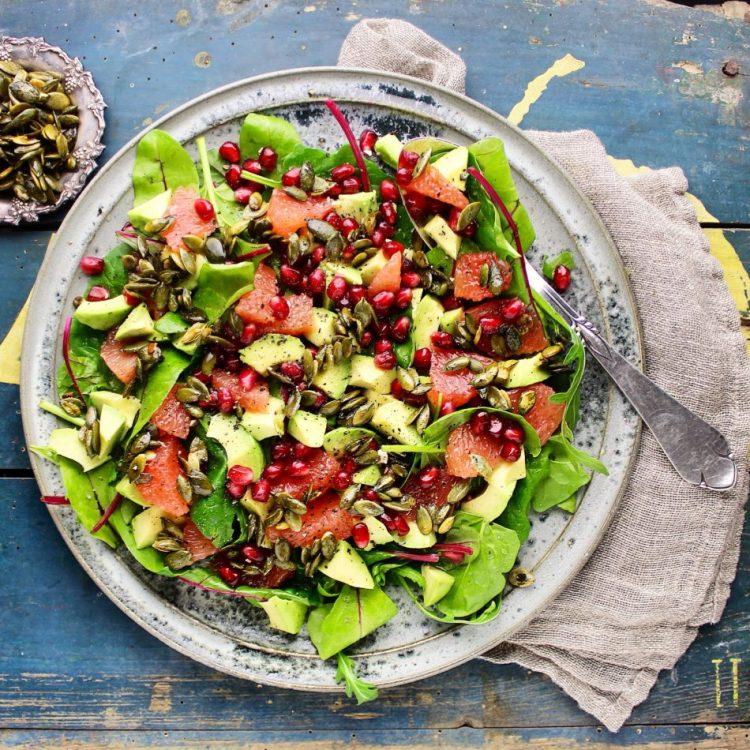 Spæde salater med granatæblekerner, rød grape, avocado og ristede græskarkerner - Vegansk - Mad med glød