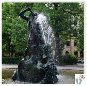 Skulptur »Tors fiske« am Platz »Mariatorget« im Stadtteil »Södermalm«