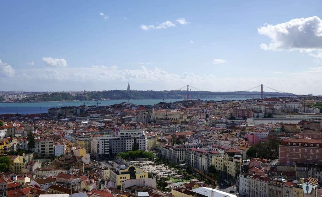 Blick vom Aussichtspunkt «Miradouro da Nossa Senhora do Monte» auf die Stadt; die «Ponte 25 de April» und die gegenüberliegende Uferseite mit der Christus-Statue {Reisetagebuch Lissabon: Tag 01}
