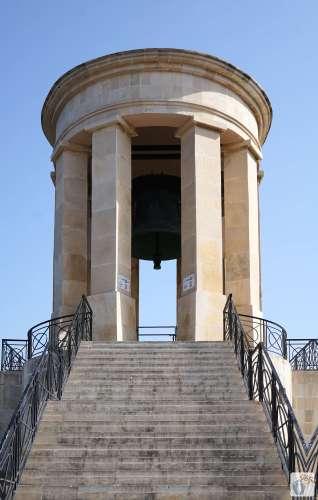 «Valletta»: «Siege Bell Memorial» hinter den «Lower Barracca Gardens» {Reisetagebuch Malta: Tag 01}