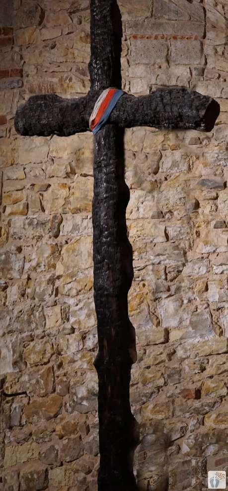 im romanischen-gotischen Untergrund des «Altstädter Rathaus»: das Holzkreuz erinnert an gefallene Helden der letzten Kriegsstunden {Reisetagebuch Prag}