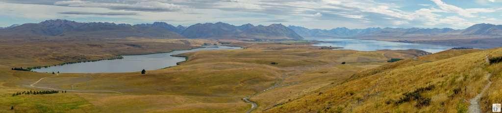 Bergkulisse mit Panoramablick auf verschiedene Seen bei der Wanderung auf dem «Mount John» {Reisetagebuch «Roadtrip durch Neuseeland mit dem Bus»: Tekapo}