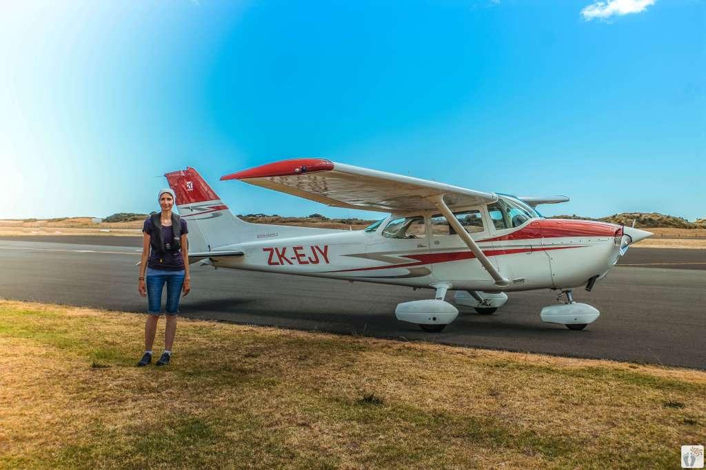 Maria Dolores von MaDo-unterwegs vor der 4-sitzigen Cessna - White Island Flights {Reisetagebuch «Roadtrip durch Neuseeland mit dem Bus»: Whakatāne}
