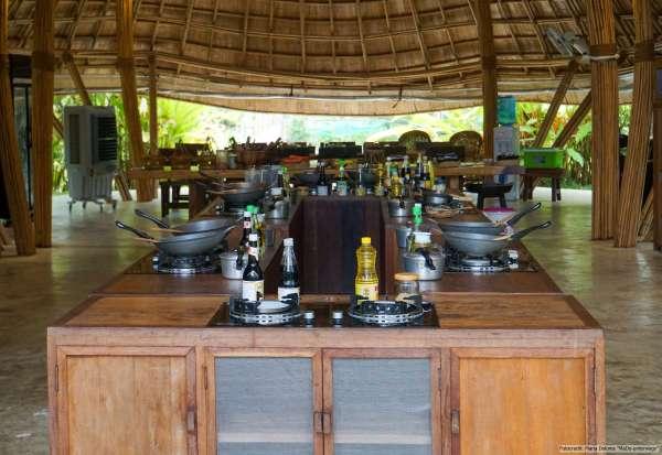 Zabb-E-Lee Thai Cooking School: Blick in die offene Küche mit Kochinsel und Tisch (Reisetagebuch «Thailand als Alleinreisende ohne Roller entdecken»)