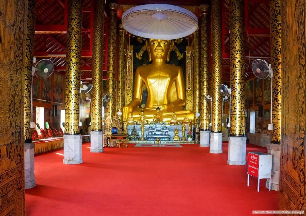 Wat Jed Yod in Chiang Rai - großer goldener Buddha im Ubosot (Reisetagebuch «Thailand als Alleinreisende ohne Roller entdecken»)