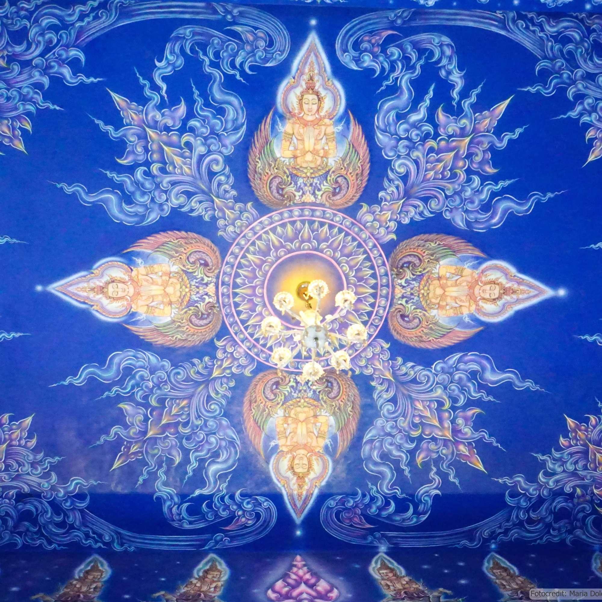 Wat Rong Suea Ten (Blauer Tempel) in Chiang Rai - Deckenbemalung im Ubosot (Reisetagebuch «Thailand als Alleinreisende ohne Roller entdecken»)