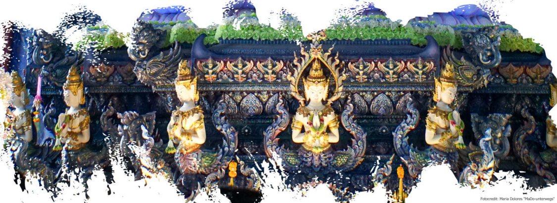 Wat Rong Suea Ten (Blauer Tempel) in Chiang Rai - Sockelbereich des großen Weißen Buddhas (Reisetagebuch «Thailand als Alleinreisende ohne Roller entdecken»)