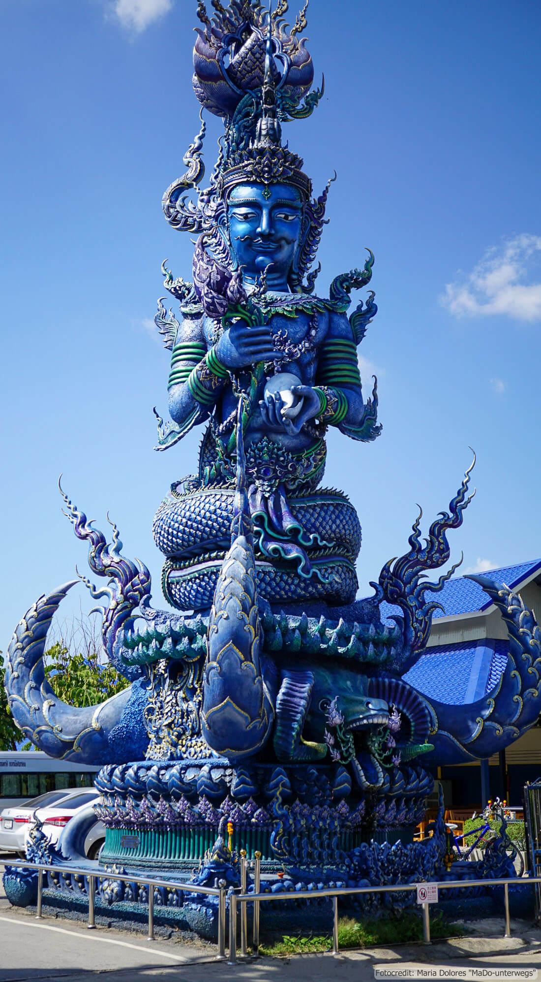 Wat Rong Suea Ten (Blauer Tempel) in Chiang Rai - Statue beim Eingang (Reisetagebuch «Thailand als Alleinreisende ohne Roller entdecken»)