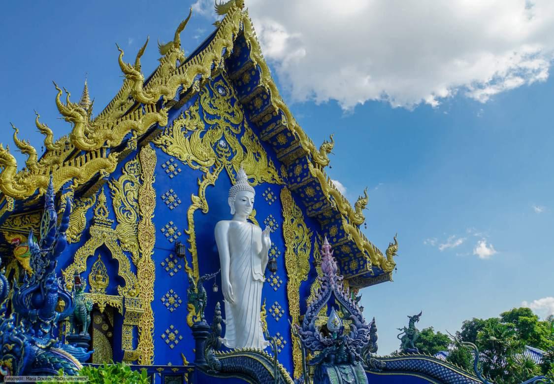 Wat Rong Suea Ten (Blauer Tempel) in Chiang Rai - großer stehender Buddha auf der Rückseite des Ubosot (Reisetagebuch «Thailand als Alleinreisende ohne Roller entdecken»)