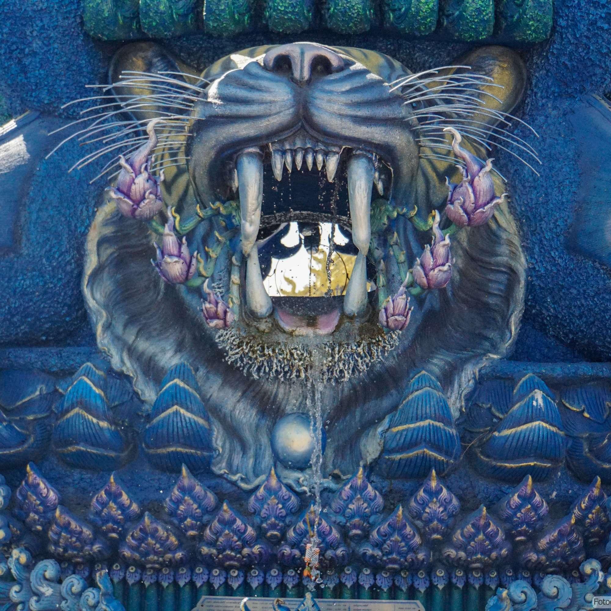 Wat Rong Suea Ten (Blauer Tempel) in Chiang Rai - Brunnen (Reisetagebuch «Thailand als Alleinreisende ohne Roller entdecken»)