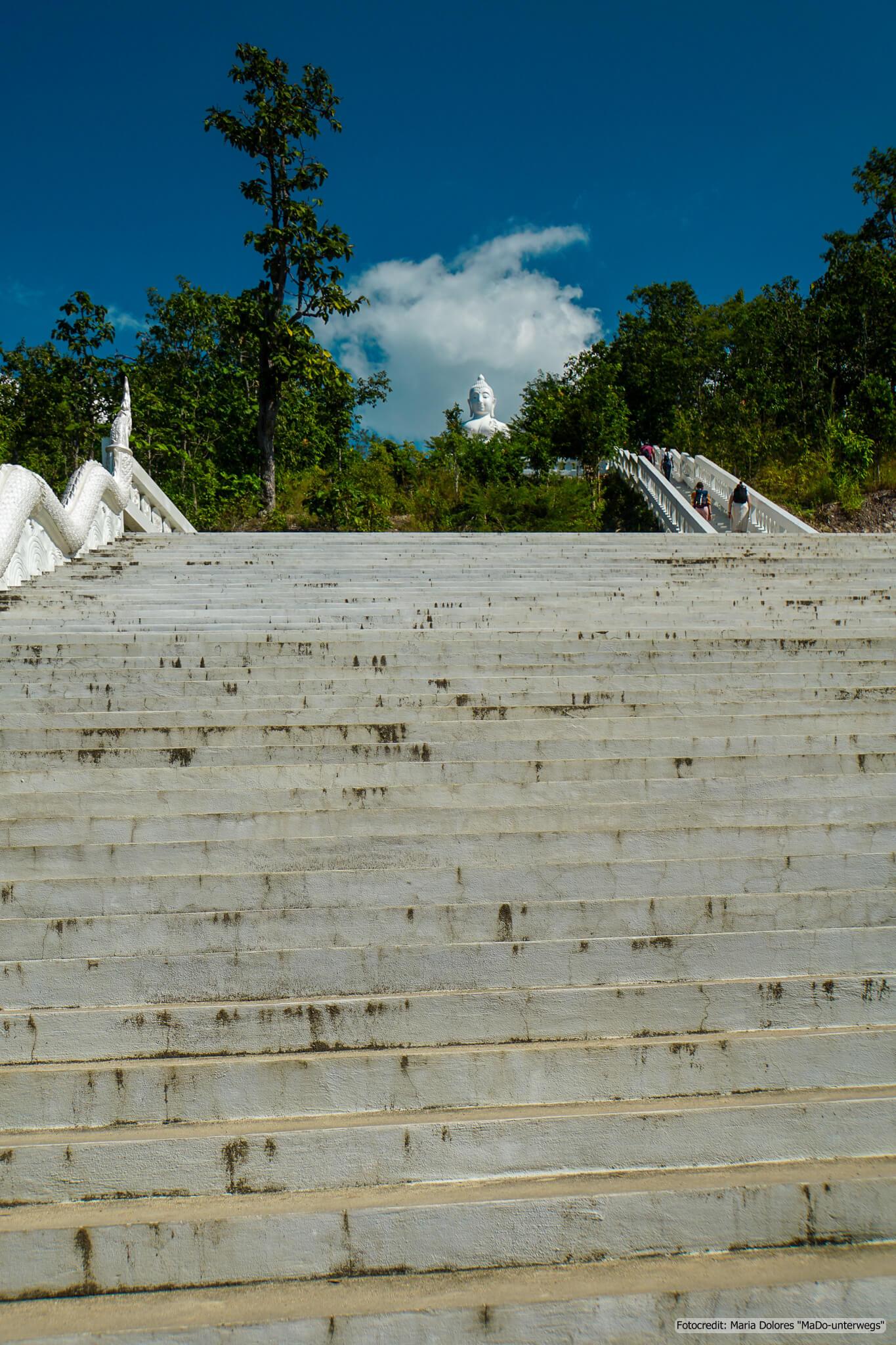 viele Stufen zum White Buddha (Wat Phra That Mae Yen) in der Nähe von Pai (Reisetagebuch «Thailand als Alleinreisende ohne Roller entdecken»)