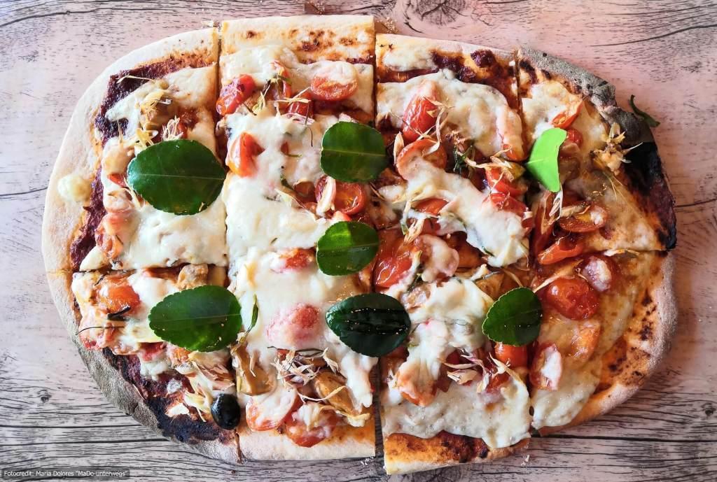 """Essen in Thailand: Tom Yam Vegan Pizza vom """"The Vegan Table"""" in Phuket Town (5 Wochen Thailand Rundreise als Alleinreisende ohne Roller)"""