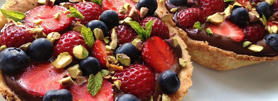 Tærter med chokolade og frisk frugt