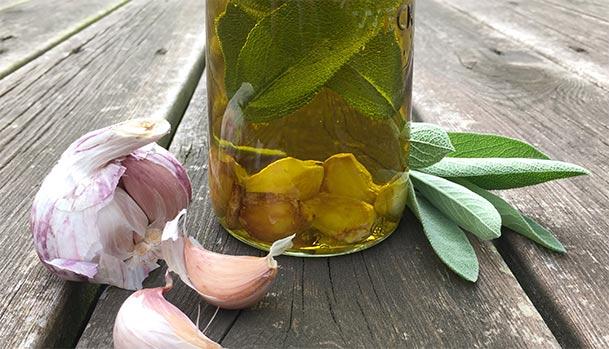 Krydderolie med salvie og hvidløg