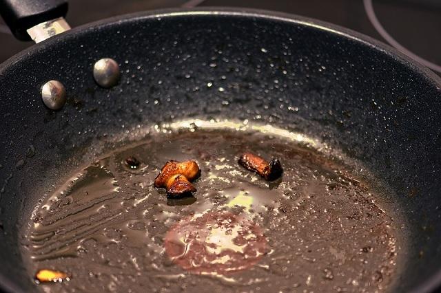 油汚れのフライパン