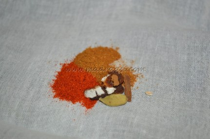 All the spice powders with cinnamon, cloves and tamarind