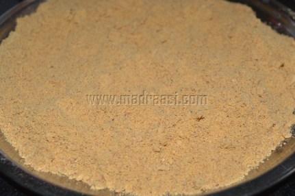 Powder spread in a plate to reach room temperature