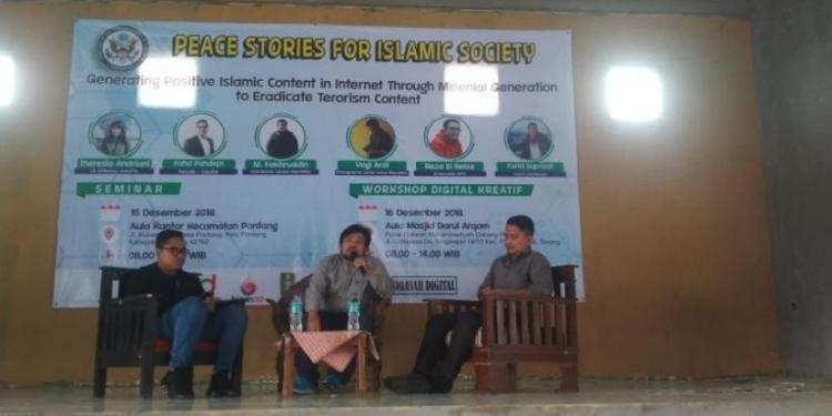 Jurnalis senior Harian Republika, Muhammad Fakhruddin (tengah), menyampaikan materi tentang jurnalisme positif di hadapan peserta seminar Peace Stories for Peace Islamic Society di Pontang, Kabupaten Serang, Banten, pekan lalu. (Foto: Isitimewa)