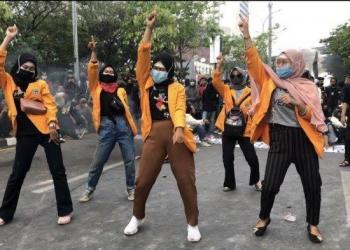 Mahasiswi UNM Demo UU Ciptaker (Tribunnews)