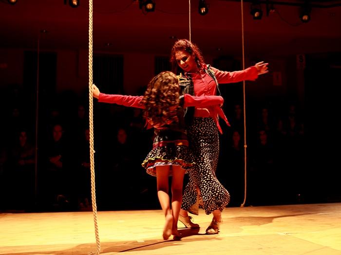 NADANDO ENTRE NUDOS de Giulia Risso en el Teatro Galileo