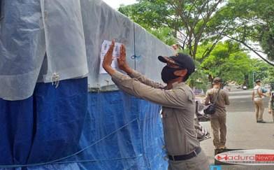 Satpol PP Bangkalan Tempeli Surat Himbauan Di Lapak PKL SGB