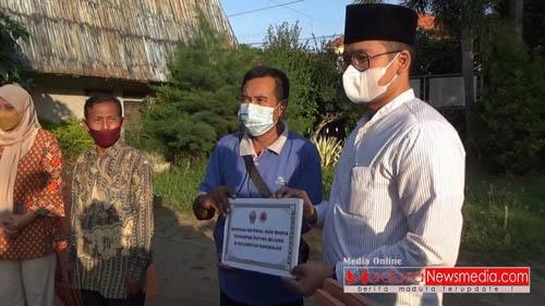 Bupati Bangkalan R Abd Latif Amin Imron Serahkan Bantuan Kepada Korban Bencana Angin Puting Beliung