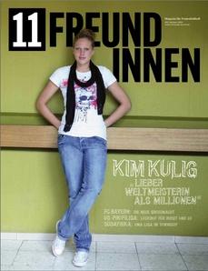 Titelbild der ersten Ausgabe der Zeitschrift 11 Freundinnen - Kim Kulig lehnt in Jeans und T-Shirt an einer giftgrünen Wand