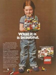 Ein Mädchen mit roten Haaren und Jeanslatzhose hält ein buntes Legohaus in den Händen. Davor die Aufschrift: What it is is beautiful.