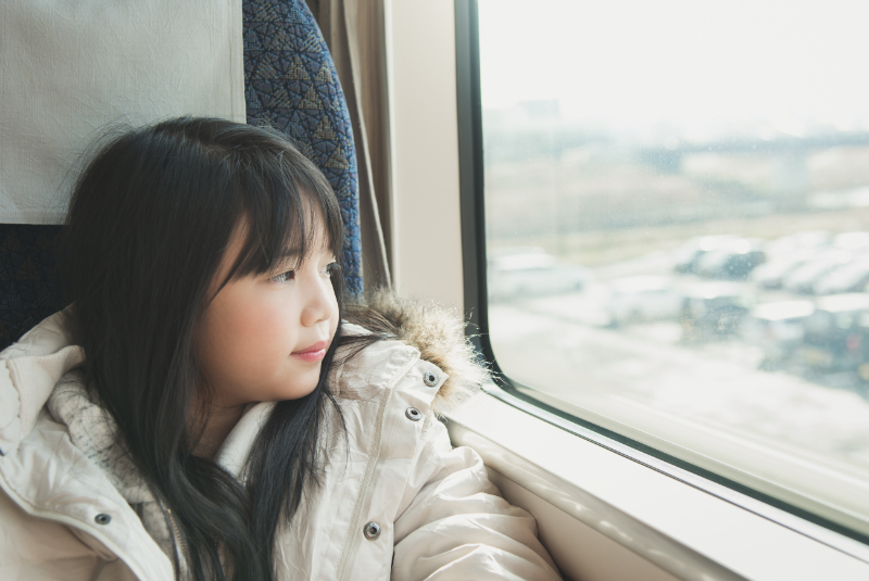 toddler_girl_looking_throuth_plane_window