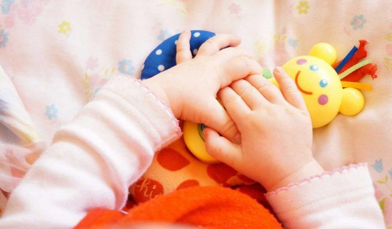 Estimule os sentidos do bebê brincando desde o nascimento