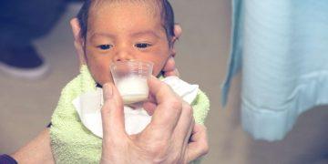 Leite no copo para bebês