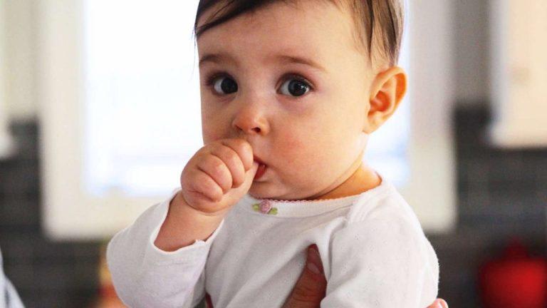 Seu bebê esta sugando dedo