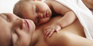 Contato pele a pele pode beneficiar seu bebê