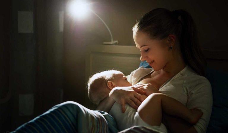 Amamentar não causa cárie quando o bebê mama de madrugada