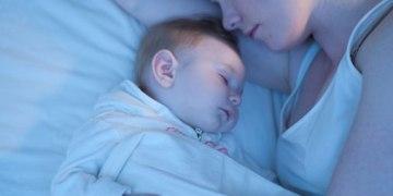 Bebê que só dorme mamando