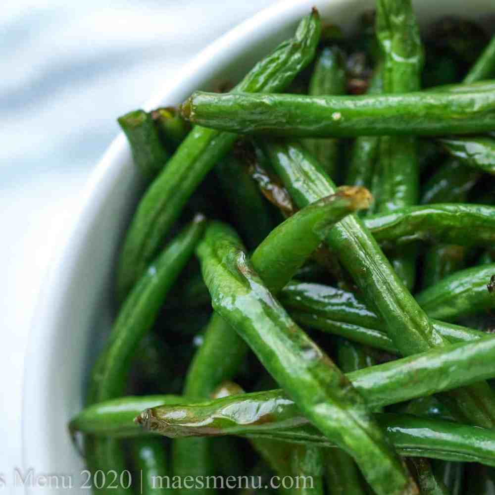 Up-close picture of air fryer green beans with lemon.