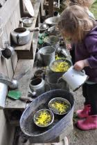 Mud kitchen - cucine di fango per riconnettere i bimbi con la natura .