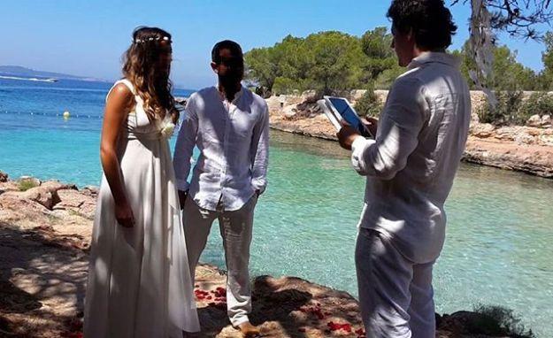 Hoy celebramos como maestros oficiantes de ceremonia una celebración de renovación de votos de matrimonio preciosa en la preciosa ibicenca cala Gracioneta.La decoración ha corrido a cargo de Ibiza fashion secrets y la fotografía de