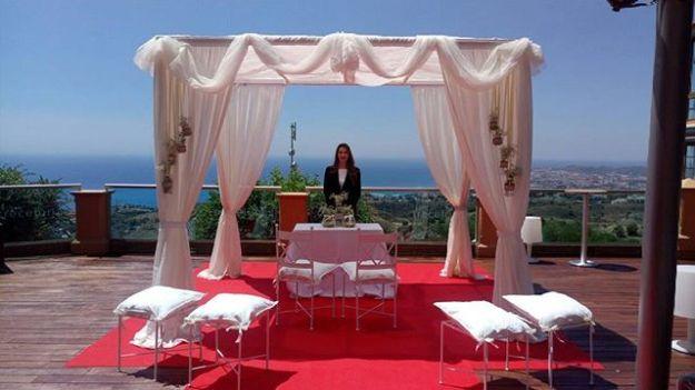 Preciosa ceremonia de celebración de boda civil con vistas al mar en el restaurante El Higuerón, Benalmádena, Málaga. Nuestra maestra de ceremonias bilingüe la llevó a cabo con elegancia y emotividad ajustándose a los requerimientos de los novios. Www.maestrodeceremonias.esTel 644 597 199 #bodasenelmar #bodacivilbilingüe #bodacivilmalaga #bodaenmalaga #casarseenunjardin #casarseenelmar #maestradeceremonias ##oastmasterspain #toastmastermalaga #masterofceremoniesmalaga #weddingbythesea #bodasfuegirola #bodasmarbella