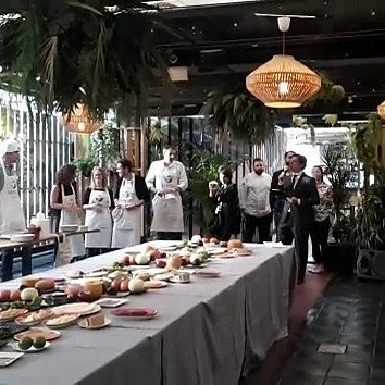 "Presenter of an International Tapas Cheff Contest in Madrid at The Roof Top of the ""MERCADO DE SAN ANTÓN"" #eventshostspain #masterofceremonies #mastercheffevent #mastercheffcontest #Masterofceremoniesinenglish #milingualMC #concursomastercheffeninglés #gourmeteventshostWww.maestrodeceremonias.es www.presentadordeeventos.com www.monologuistas.es Tel +34 644 597 199"