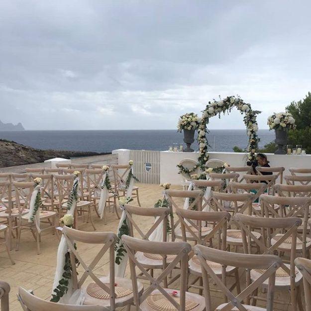 Celebramos como maestros de ceremonia una preciosa ceremonia de boda simbólica bilingüe español inglés en inigualable emplazamiento de @elixiribiza con la impresionante vista del mar Pitiusso como telón de fondo.