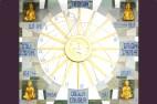EL MURAL DEL SOL. La representación del Astro Sol con 16 rayos, cada uno de los cuales simboliza los diferentes Atributos Supremos de la personalidad del Ser humano. En el núcleo del astro apreciamos dos Palomas Blancas, como representación de la Energía Vital del Universo Intensa. El conjunto es, en sí mismo, un gran reloj solar que mide en tiempo real.